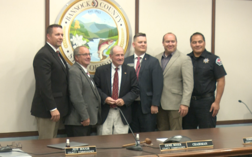Sen. Risch (R-ID) takes photo with Bannock County community members