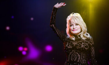 Dolly Parton has recreated her 1978 Playboy magazine cover for her husband's birthday.