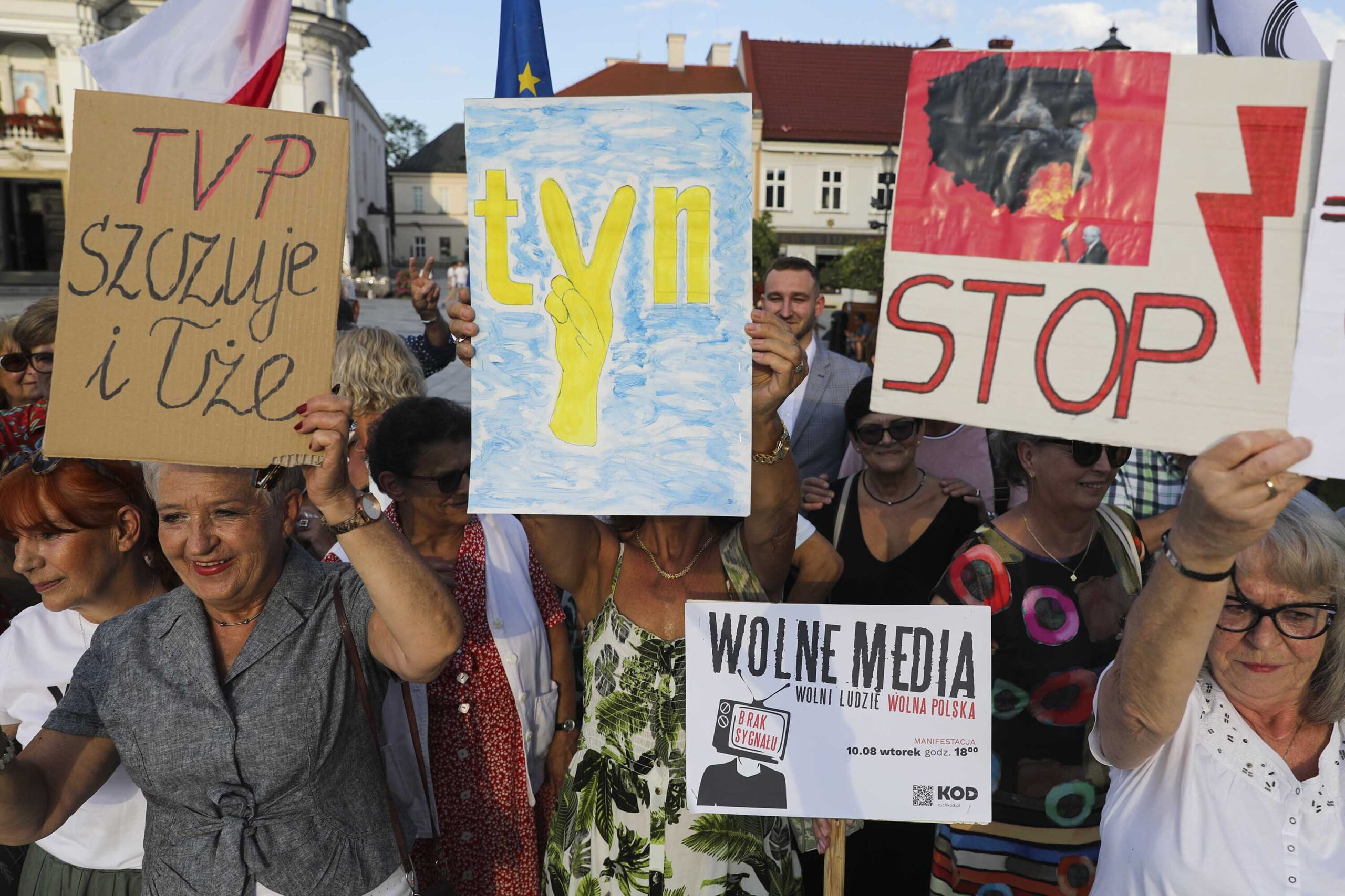 <i>Beata Zawrzel/NurPhoto/Getty Images</i><br/>People protest in Poland this week against a media reform bill that could force Discovery to sell its majority stake in independent Polish broadcaster TVN24.
