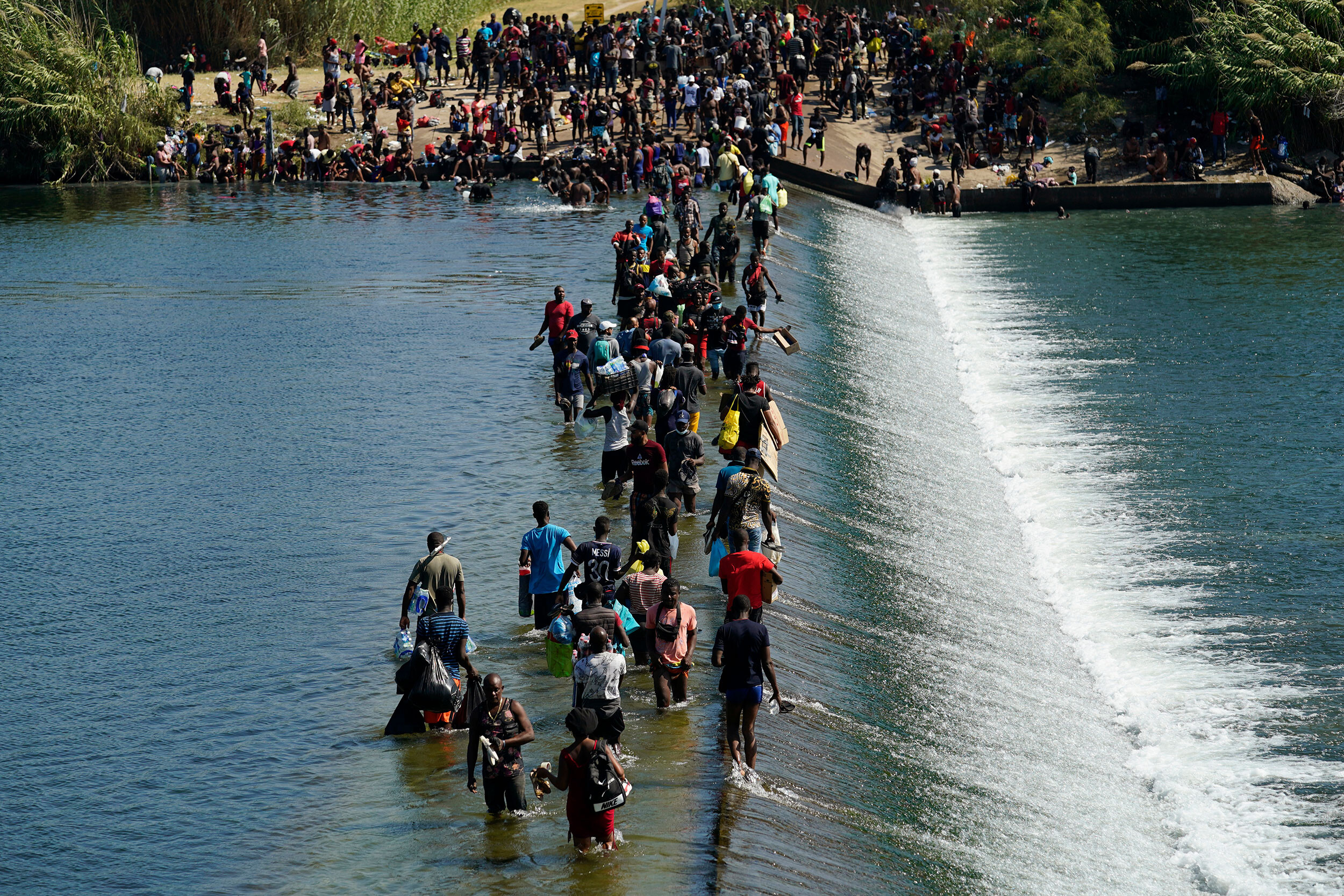 <i>Eric Gay/AP</i><br/>Thousands of migrants including families